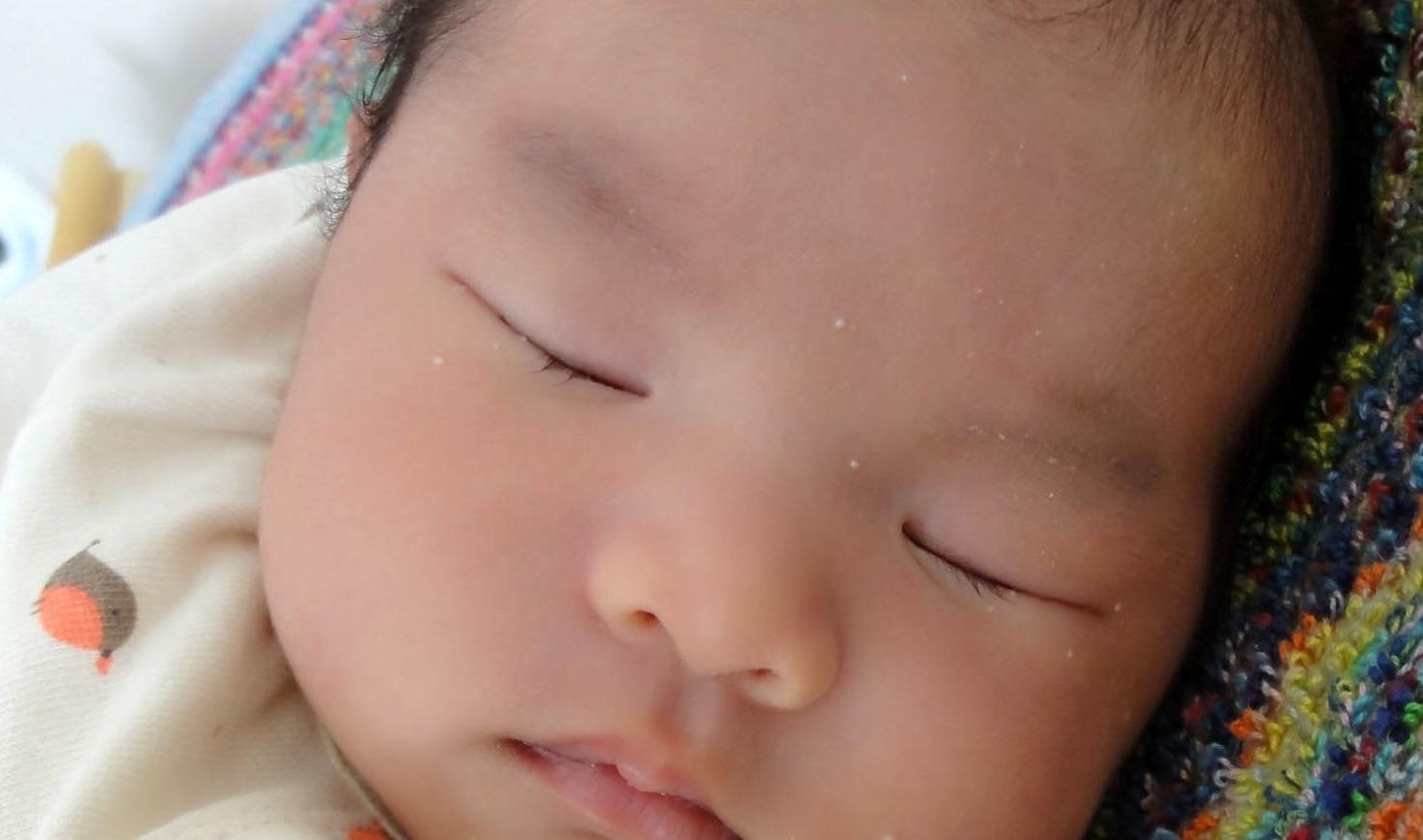 よく見ると 生後1ヶ月の娘に まつ毛が生えてきました!