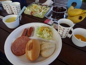 トレーラーハウスで朝食